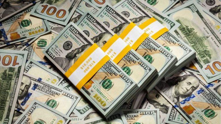 Dólar opera em alta à espera de decisão sobre juros